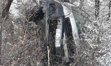 Tierra del Fuego: Por efecto de la nieve en la ruta un vehículo se despistó y cayó por un barranco