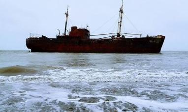 Tierra del Fuego: Rescataron a dos personas que quedaron atrapadas en un   encallado y oxidado barco